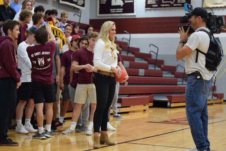 Fox+2+Reporter+Katherine+Hessel+leads+De+Smet+in+the+morning+pep+rally.